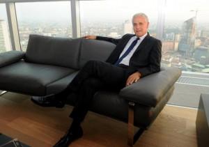 Roberto Formigoni nel suo ufficio in Regione Lombardia