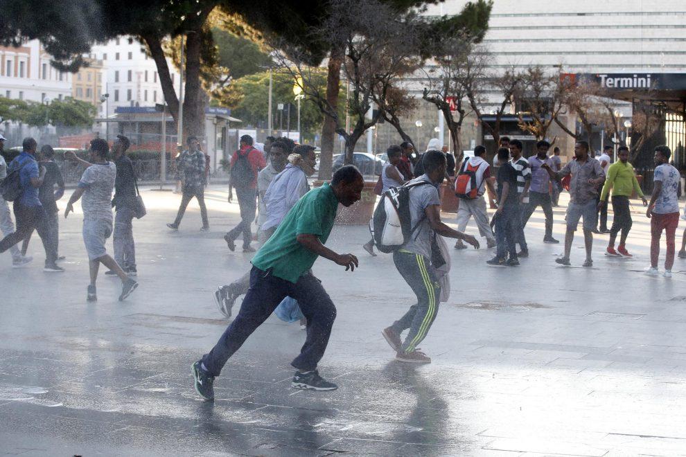 Idranti sui migranti e foglie di fico nel centro di Roma