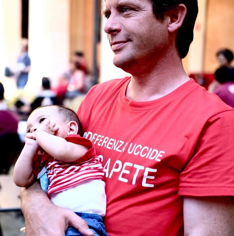 Civati con la maglietta rossa e il bambino