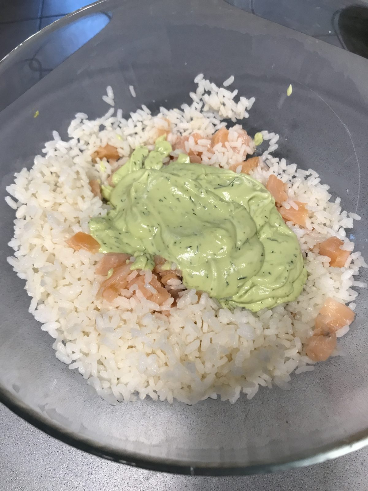 Il riso al salmone con avocado e aneto